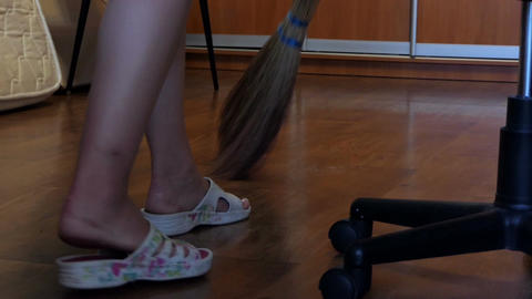 Female Legs in Sandals And a Sweeping Broom in an Apartment Filmmaterial