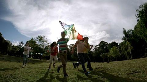 Children running with a kite ビデオ