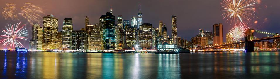 Brightly colorful fireworksNew York City manhattan buildings skyline night Fotografía