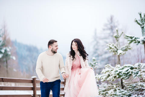 young couple on a walk in the snowy mountains Fotografía