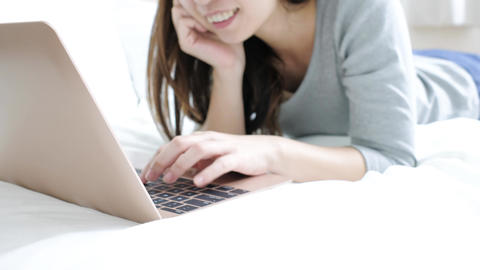 woman use notebook Live影片