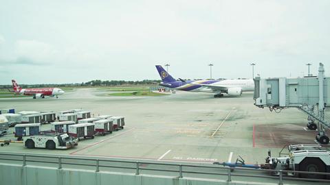 Thai Airways Passenger Plane Departs as Air Asia Plane Arrives. Changi Airport Live Action