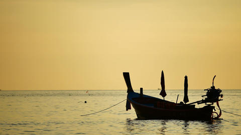 silhouette boat excursions floating in the andaman sea with golden light ビデオ