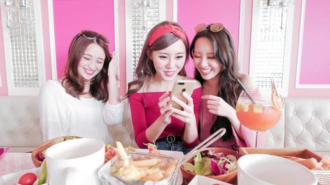 woman selfie in restaurant Live影片