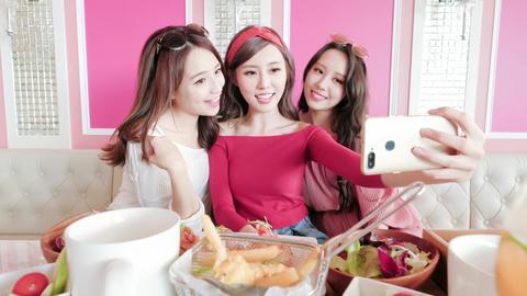 woman selfie in restaurant, Live影片