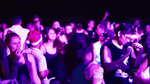 people with santa hat at full moon party Live影片