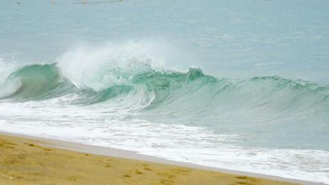 Powerful wave breaks along the shore Archivo