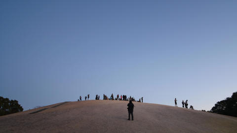 People climb up a hill to watch a rising sun --hatsuhinode-- in the morning on ビデオ