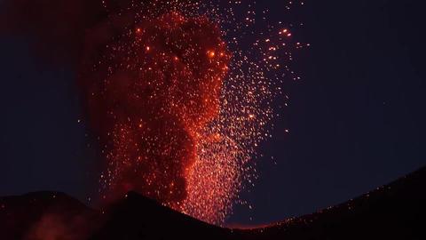 Powerful explosive strombolian eruptian from two vents on Pico do Fogo volcano Acción en vivo