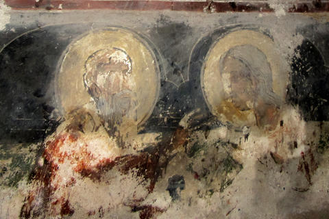 Unique medieval frescoes surviving after a fire フォト