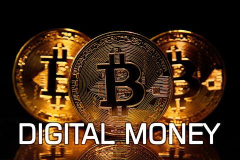 Three bitcoins on table w text dIGITAL MONEY Fotografía