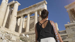 Beautiful young tourist woman walking among famous Parthenon ruins in Athens Filmmaterial
