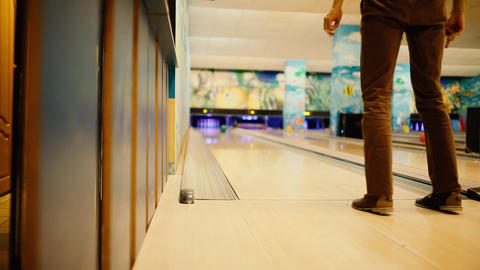 In the game club for bowling, the player throws a bowling ball that knocks down Archivo