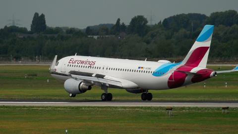 Airbus 320 Eurowings landing Live Action