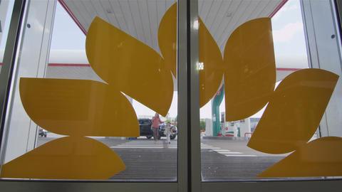 Door Opens Family with Little Girl Runs into Shop 画像