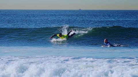 Big waves and surfing Bild