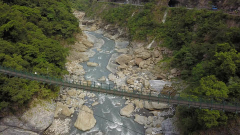 Draw Bridge in Swallow Grotto Trail in Toroko National Park, Hualien, Taiwan ビデオ