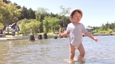 2歳、2才、夏休み、川遊び、水遊び、じゃぶじゃぶ池、ジャブジャブ池、女の子、田舎、川、麦わら帽子、太陽、青空、猛暑、熱中症、裸足、川遊び、遊ぶ、笑顔、笑う、日本 ビデオ
