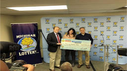 Mega Millions: Waterford Couple The Blakes Win Half of $42M Mega Millions ビデオ