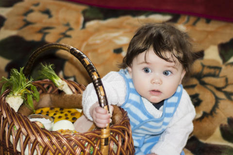 Little girl rejoices at the festive basket フォト