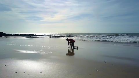 Girl Practises Yoga on Seacoast at Rock Silhouette Bild