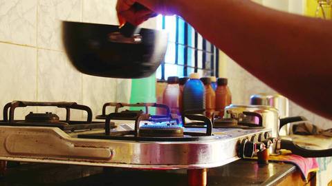 Heating up the frying pan on the stove.Gas fire burns ライブ動画
