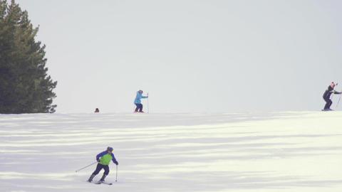 Tourists relax at the mountains ski resort Bild