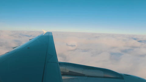 Airplane is Flying Above the Clouds ビデオ