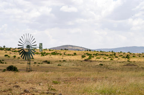 Water pump powered by a wind turbine in the savannah of the Masa Fotografía