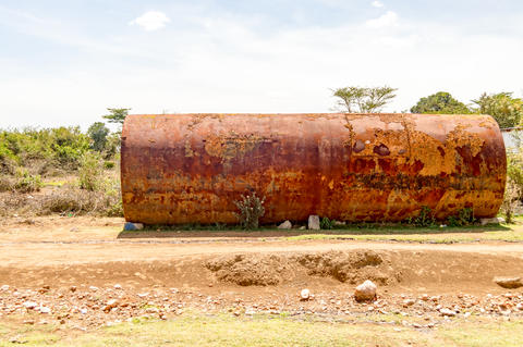 Old rusty tanker on a dirt road from Masai Mara Park in northwes Foto