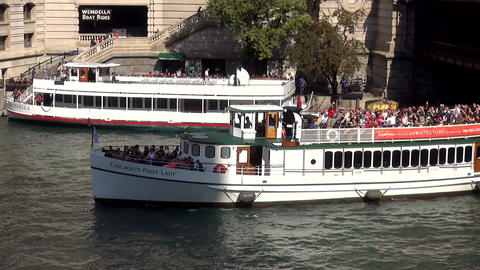 sightseeing boat on Chicago River - CHICAGO, ILLINOIS/USA Live Action