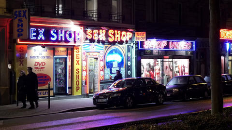 Sex shops in Red Light District in Paris ビデオ