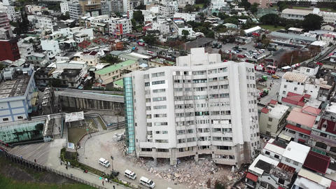 Earthquake in Hualien, Taiwan, leaves building leaning precariously 4/7 画像
