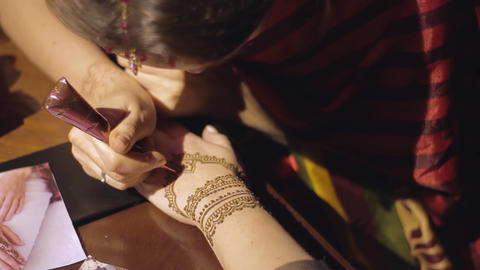 Woman hand being decorated with mehendi 영상물