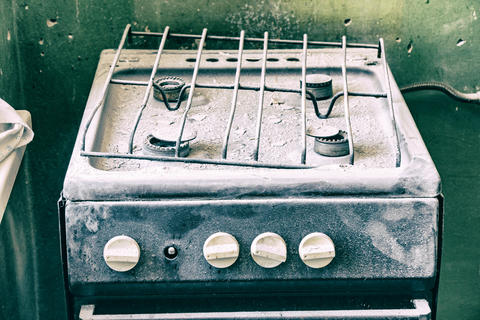 Old dirty gas stove in an abandoned state Fotografía