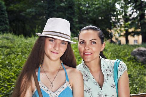 Mother, daughter - teenager, happy, smiling, walking, city park Foto