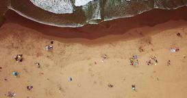 Aerial Drone Footage Of People Crowd Having Fun On Beach Bild