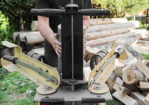 Firewood split with wooden splitter フォト