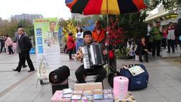 Blind accordian busker Taipei Taiwan Bild