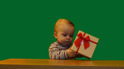 cute 1 year baby with gift box in table green screen Filmmaterial