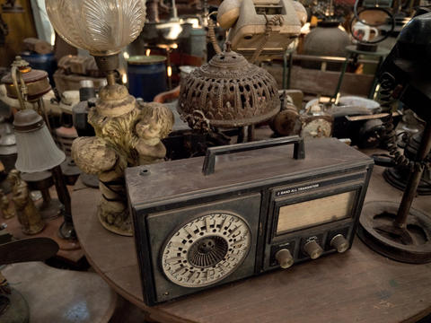 Old radio in antique shop in Indonesia Fotografía