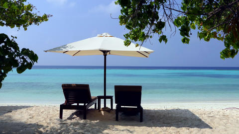 Sunbeds On White Sand Tropical Beach In Maldives Luxury Resort 画像