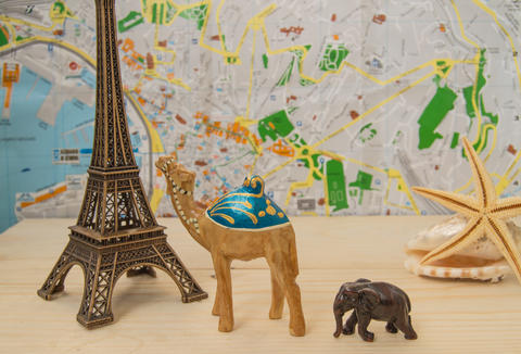 Choice and journey planning, vacation. Souvenirs from different countries Fotografía