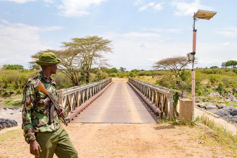 Military on a bridge of the river mara separating Kenya Fotografía
