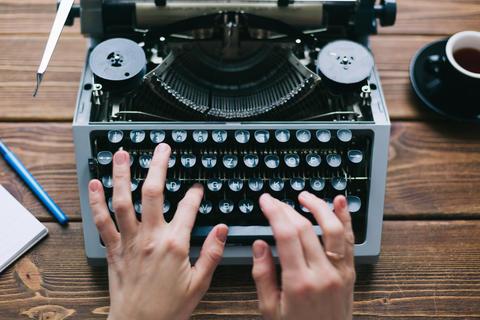 Crop person using typewriter Fotografía