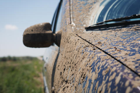 car covered in dirt Fotografía