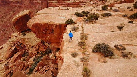 Hiking in Utah Along The Edge of Amazing Rock Formations ビデオ
