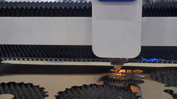 Cut sheet metal at workshop. Modern tool in heavy industry. Dangerous job. High Archivo