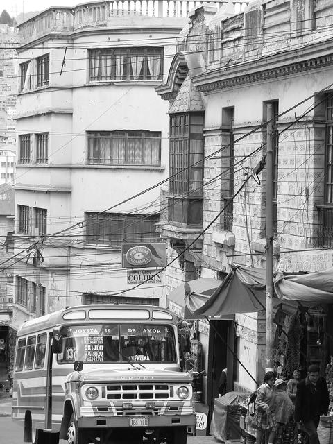 Bus on the streets of La paz, Bolivia フォト