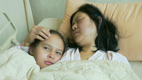 Sad child and mother in hospital bed Live影片
